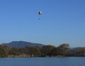 20121125パラグライダーと和船.jpg